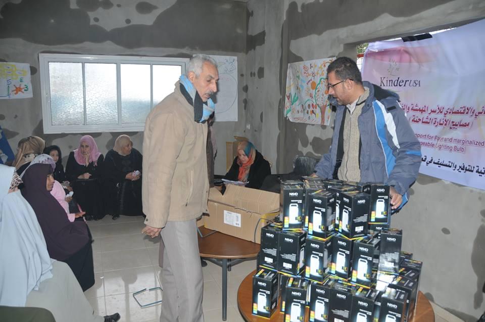 الدعم الانساني والاقتصادي للأسر المهمشة والفقيرة في قطاع غزة – مصابيح الانارة القابلة للشحن,2013