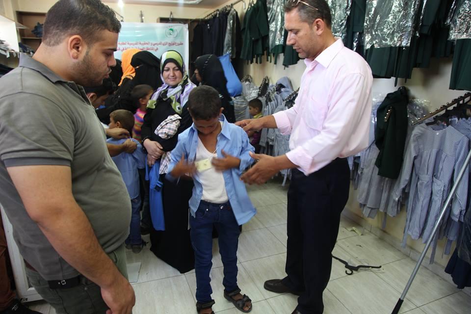 مشروع توزيع الزى والحقيبة المدرسية لطلبة المدارس الابتدائية الاشد فقراً في المناطق المهمشة والعازلة في قطاع غزة,2013